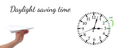 Temps heure d'été DST Horloge murale allant à l'horaire d'hiver Tournez le temps en avant photo stock