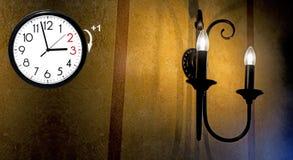 Temps heure d'été DST Horloge murale allant à l'horaire d'hiver Tournez le temps en avant image stock