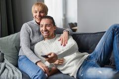 Temps heureux de dépense de couples sur le sofa images stock