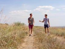 Temps heureux de dépense pour deux hommes active sur la nature d'été images stock