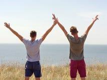 Temps heureux de dépense pour deux hommes active sur la nature d'été photo libre de droits