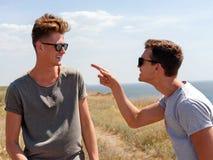 Temps heureux de dépense pour deux hommes active sur la nature d'été photo stock