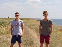 Temps heureux de dépense pour deux hommes active sur la nature d'été photos stock