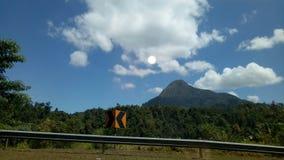 Temps heureux de voyage de ciel bleu de montagne photographie stock libre de droits