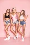 Temps heureux ensemble, pose de trois filles Image stock