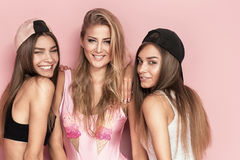 Temps heureux ensemble, pose de trois filles Image libre de droits