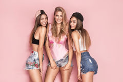 Temps heureux ensemble, pose de trois filles Photo libre de droits