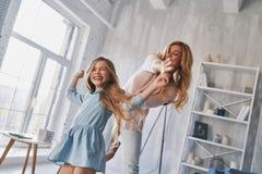 Temps insouciant ensemble Mère et fille tenant des mains et le SM photographie stock libre de droits