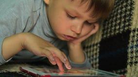 Temps libre de dépense d'enfant avec la tablette banque de vidéos