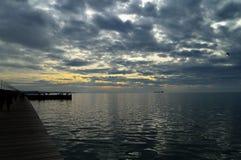 Temps nuageux au-dessus de bord de mer Photographie stock