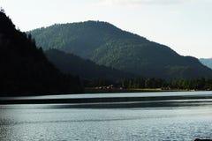 Temps nuageux de lac de montagne Photographie stock libre de droits