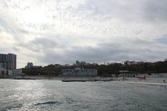 Temps nuageux Sable, vagues et mousse d'or Jour nuageux sur la plage sablonneuse Vue panoramique de belle plage sablonneuse photos stock
