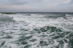 Temps nuageux Sable, vagues et mousse d'or Jour nuageux sur la plage sablonneuse Vue panoramique de belle plage sablonneuse Photographie stock libre de droits
