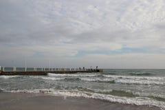 Temps nuageux Sable, vagues et mousse d'or Jour nuageux sur la plage sablonneuse Vue panoramique de belle plage sablonneuse Photographie stock