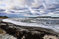 Temps orageux par la mer Images stock