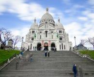 Temps passant par la basilique blanche à Paris Images stock