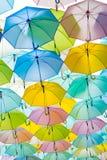 Temps pluvieux d'umbella multicolore, fond de pluie photos libres de droits