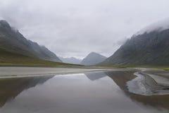 Temps pluvieux et nuages donnant la sensation mystérieuse à ce paysage de montagne de rivière Images libres de droits