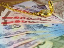 Temps précieux avec l'argent, les billets de banque et la montre d'or avec le collier Photos libres de droits
