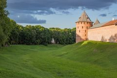 Temps redbrick de jour de murs de forteresse de Novgorod Kremlin photo stock