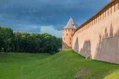Temps redbrick de jour de murs de forteresse de Novgorod Kremlin photo libre de droits