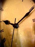 Temps sur une horloge antique Photo stock