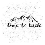 Temps tiré par la main d'expression de lettrage de typographie de voyager avec des silhouettes de montagnes sur le fond blanc Image stock