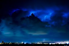 Tempête de foudre au-dessus de la ville Images stock