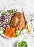 Tempura da costeleta de carneiro da galinha, salada de repolho da couve vermelha e cenouras conservadas picantes em um fundo clar Fotografia de Stock