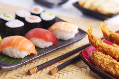 Tempura de crevette et divers sushi japonais d'un plat Image stock