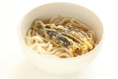 Tempura de la berenjena en los tallarines del udon de la sopa imagen de archivo libre de regalías