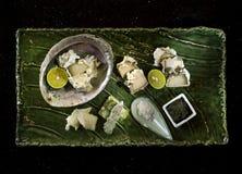 Tempura del olmo con la salsa, el limón y la sal negros en la bandeja de madera foto de archivo libre de regalías