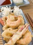 Tempura di frutti di mare con la salsa di peperoncino rosso e Mouli Immagini Stock