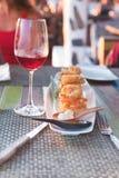 Tempura do camarão em uma placa branca em um restaurante imagem de stock