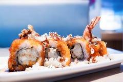 Tempura Maki Sushi con los huevos de peces, salmones Fotos de archivo