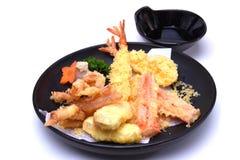 Tempura misturado badejo fritado do calamar do camarão, isolado no branco Imagem de Stock Royalty Free