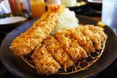 Tempura suculento do camarão e costoleta japonesa da carne de porco foto de stock