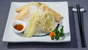 Tempura vegetal mezclado con la salsa de los agrios en una cama del daikon en sopa juliana imágenes de archivo libres de regalías
