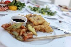 Tempurafische und -gemüse mit Sojasoße Stockfotografie