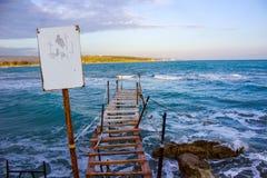 Ten łodzi rybackiej jetty na zimnym zima dniu, czekać na lato fotografia royalty free