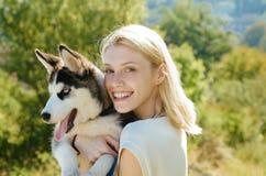 Ten dziewczyna kocha jej siberian husky kobieta z psim zwierzęciem domowym na letnim dniu Szczęśliwy dziewczyna chwyta rodowodu p obraz stock