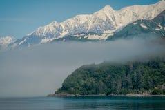 Mgła, morze i góry, Zbliżamy Whittier, Alaska zdjęcie stock
