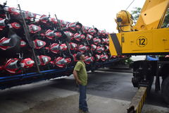 Ten val gebrachte vrachtwagen het dragen dozens van motorsport Royalty-vrije Stock Foto's