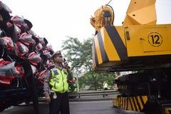 Ten val gebrachte vrachtwagen het dragen dozens van motorsport Stock Foto's
