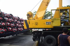 Ten val gebrachte vrachtwagen het dragen dozens van motorsport Royalty-vrije Stock Foto