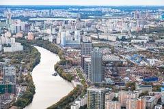 Ten westen van de stad van Moskou met Moskva-rivier in schemer royalty-vrije stock afbeelding