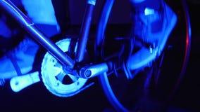 Ten wideo jest o zakończeniu w górę nóg wiruje na bicyklu Rower intonacji wysoki wir w palec u nogi klamerkach Stacjonarny rolown zbiory wideo