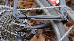 Ten wideo jest o zakończeniu w górę rower górski przejażdżki taborowy chainring, cogs i kół na ziemi, zbiory