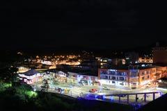 Tena Ecuador som den huvudsakliga plazaen under natten tände ljust royaltyfri bild