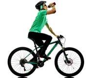 Tenager chłopiec rower górski bking pijący odizolowywających cienie zdjęcie royalty free